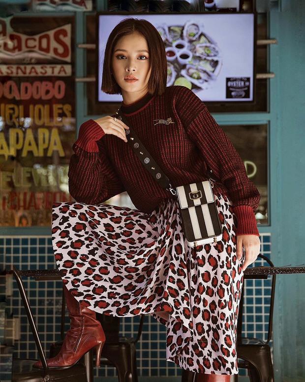 Có phải, Chi Pu đang muốn quay trở về thời kỳ nổi loạn của mình với những trang phục như thế này? Hình như, phong cách mới của Chi Pu đang muốn hướng tới chính làretro yet sophisticated.