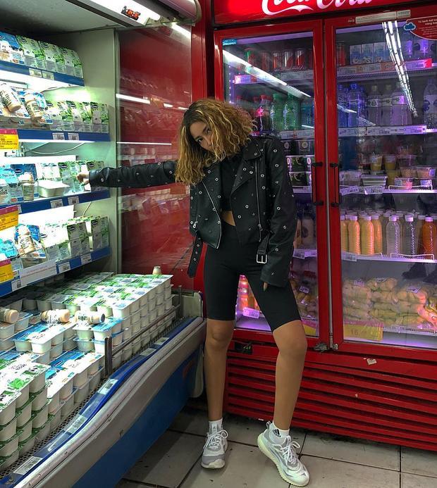 Louis Hà - stylist mới cho phong cách street style mới của Chi Pu. Nhiều người nhận thấy sự giống nhau trong bức ảnh này của Louis Hà và Chi Pu, rằng chúng đều được chụp cùng một bối cảnh ở siêu thị.