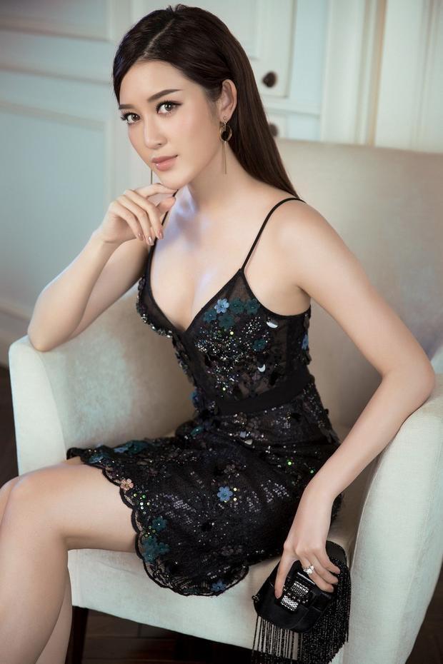 Chiếc váy đen sequin được thiết kế vô cùng đơn giản nhưng lại giúp Huyền My đẹp không góc chết nổi bật với đường cong cơ thể.
