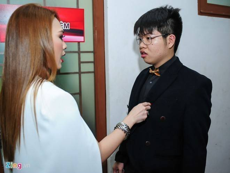 Trang Trần vác bụng bầu tới cổ vũ cô gái vừa ăn kẹo vừa hát