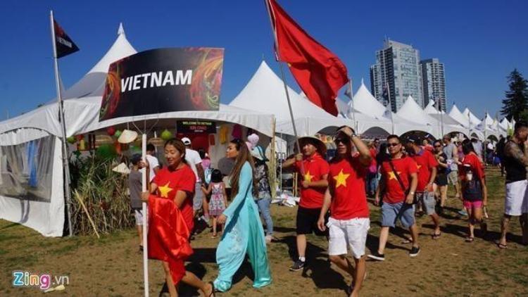 Cờ đỏ sao vàng tung bay trong lễ hội trên đất Canada