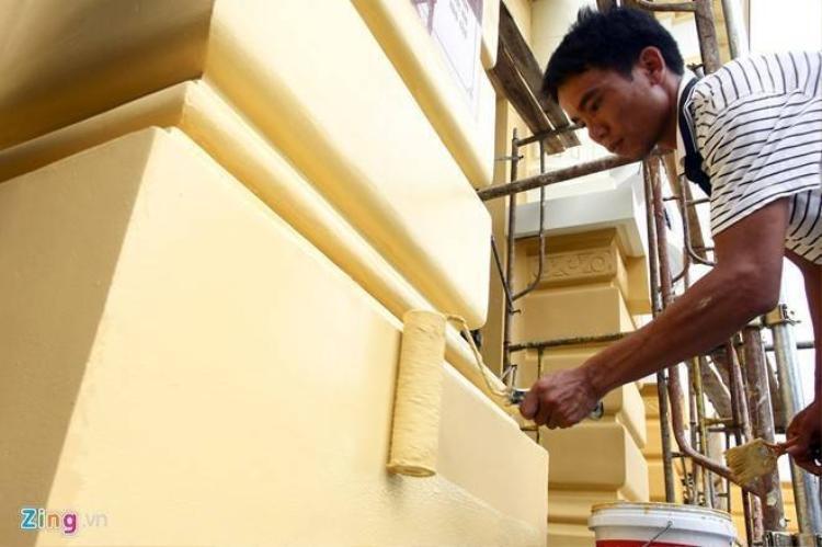 Công nhân cặm cụi sơn lại Nhà hát Lớn trở về màu cũ
