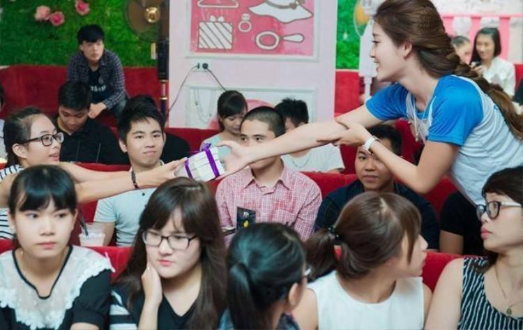 Á hậu Huyền My nhí nhảnh khi gặp fan Hà Nội