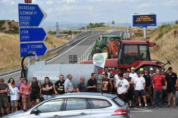 Nông dân Pháp lái máy cày chặn đường phố vì bất bình