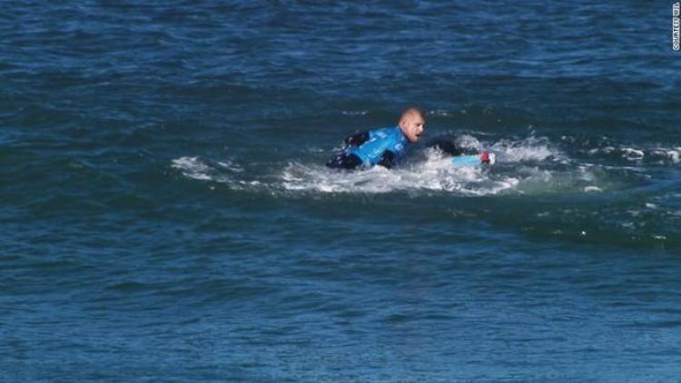 Ảnh cá mập tấn công VĐV lướt ván trên truyền hình trực tiếp