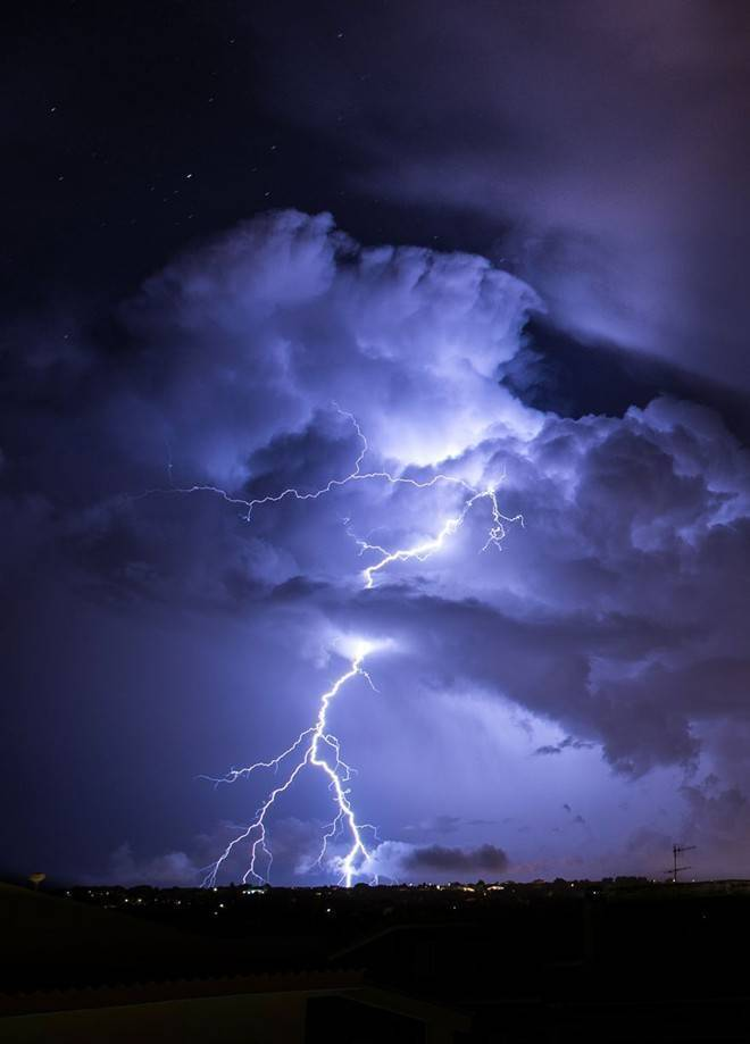 Cảnh sét xé toạc bầu trời đêm ở Italy