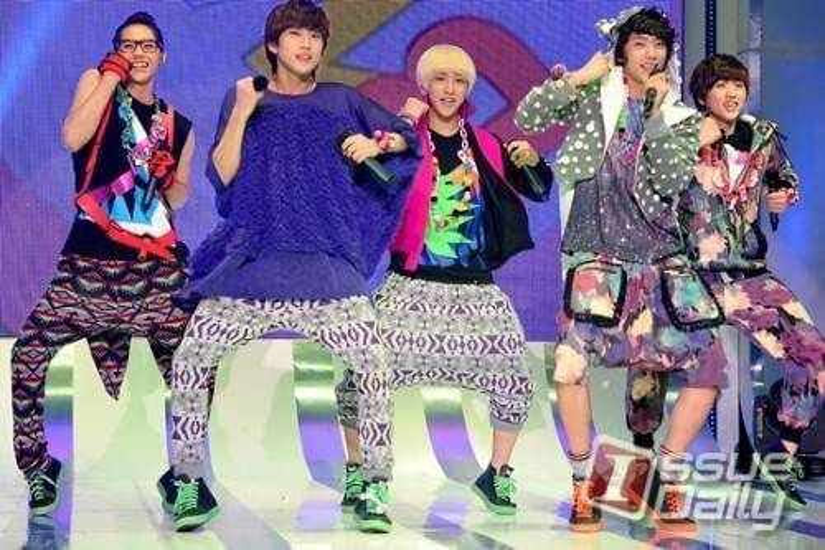 10 trang phục trình diễn bị chê xấu của sao Hàn