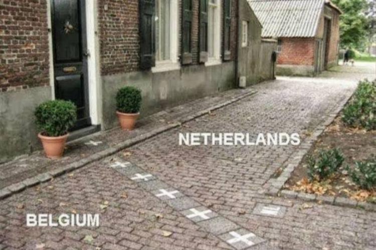 Những đường kẻ mong manh phân chia hai quốc gia
