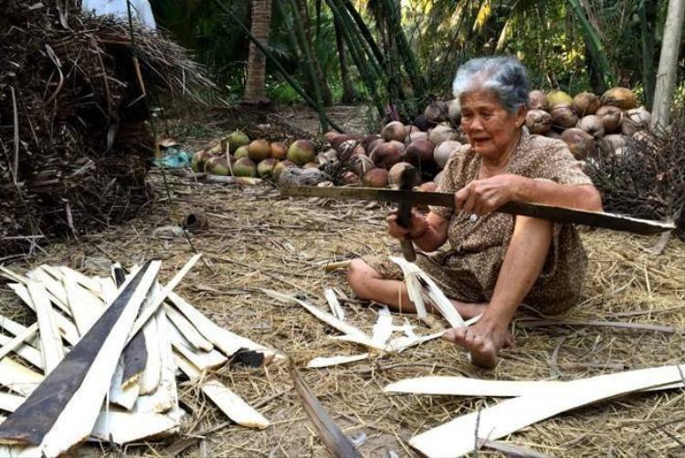 Cụ bà hiến đất để xây cầu cho trẻ em
