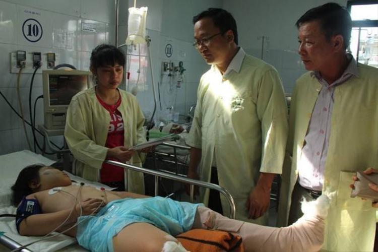 Hai bé bị ôtô hất khỏi cầu Thuận Phước qua cơn nguy kịch