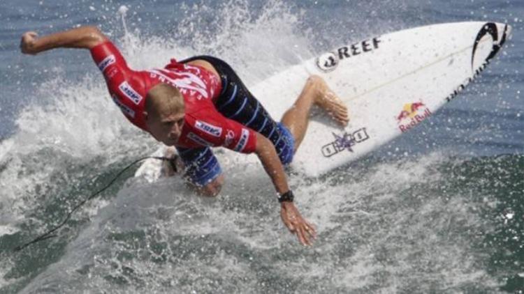 VĐV lướt ván bị cá mập tấn công khi đang trình diễn