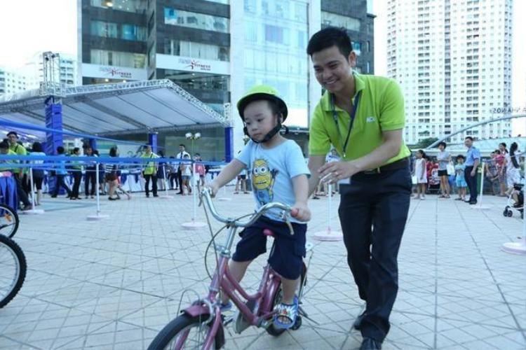 Vì sao người lớn không đội mũ bảo hiểm cho trẻ con?