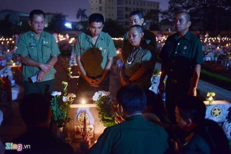 Cựu binh, thanh niên xúc động trước mộ anh hùng liệt sĩ