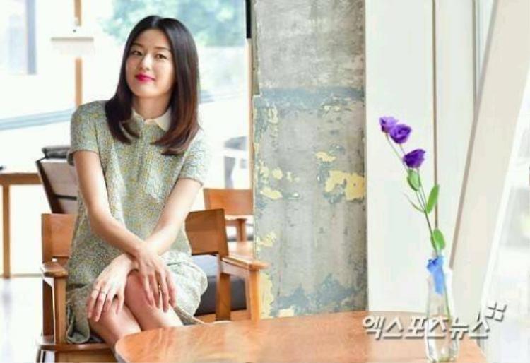 Mang bầu gần 3 tháng, Jeon Ji Hyun được vệ sĩ hộ tống