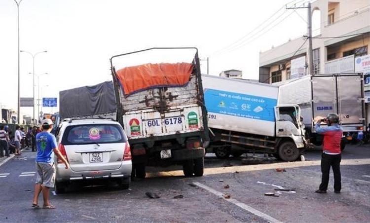 7 ôtô tông liên hoàn trên quốc lộ, 5 người bị thương