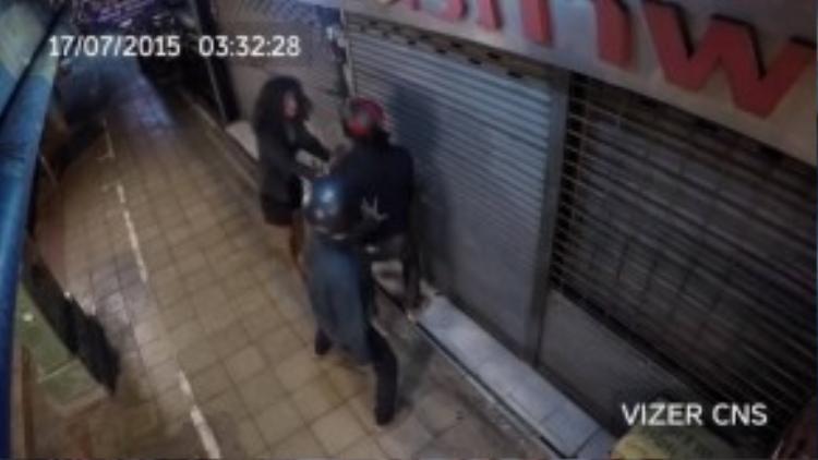 Liều mình ngăn cản bọn trộm. (Ảnh chụp từ clip)
