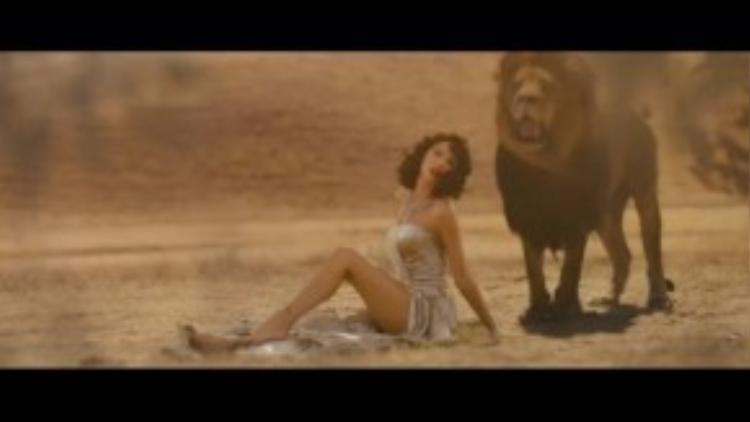 Trong MV này còn xuất hiện rất nhiều diễn viên 4 chân đặc biệt như sư tử, ngựa vằn, hươu cao cố…