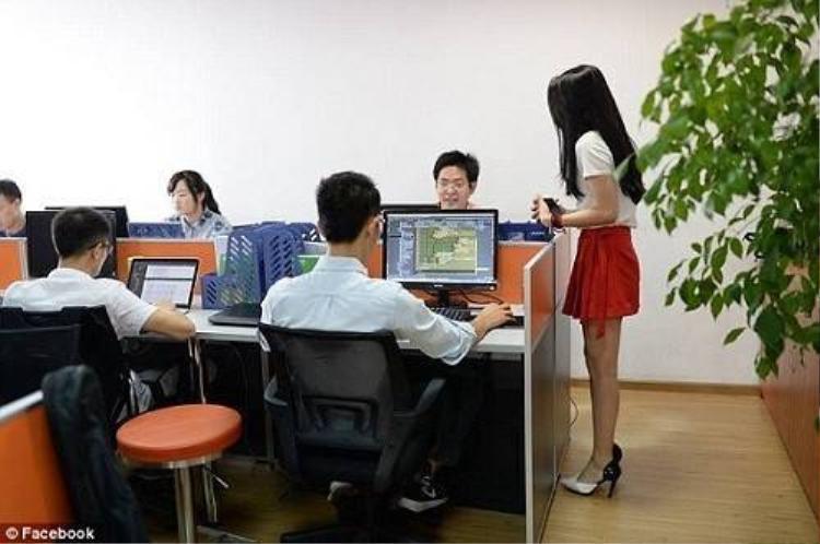 Tuyển hot girl để động viên các nhân viên làm việc