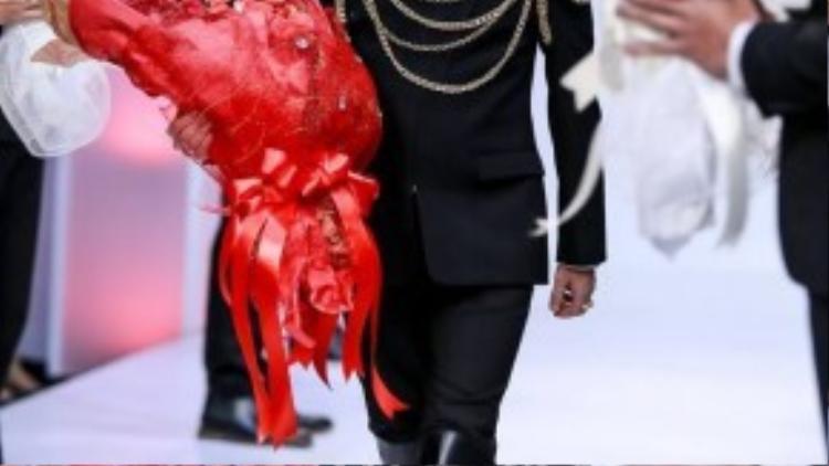 Tối 25/8, Mr. Đàm được mời trình diễn trong một show thời trang áo cưới tại TP HCM. Tuy lần đầu xuất hiện trong hình ảnh chú rể trên sàn catwalk nhưng anh vẫn tự tin sải bước bên cạnh dàn siêu mẫu, người mẫu đình đám.