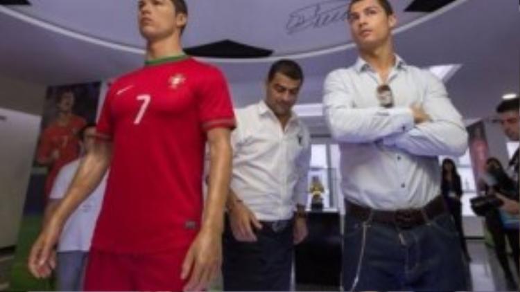 Ronaldo bên cạnh sáp năm 2013 của mình.