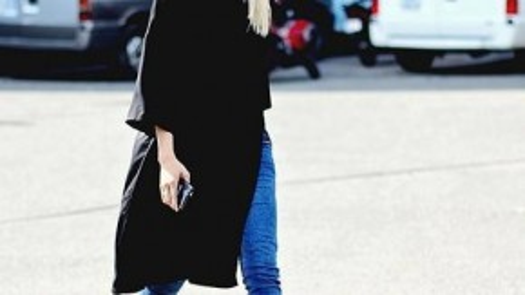 Hotgirl La Thanh Thanh chọn chiếc áo xẻ tà dài màu đen lạ mắt, phối cùng quần jeans skinny và giày sneaker năng động. Màu tóc bạch kim nổi bật là điểm nhấn giúp set đồ của cô nàng thu hút hơn cả.