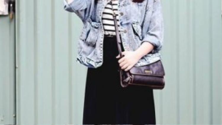 Set đồ chân váy dài kết hợp với áo khoác jeans, nón và mắt kính đen là gợi ý hoàn hảo cho những cô nàng vừa muốn tránh nóng nhưng vẫn đảm bảo được phong cách thời trang độc đáo của mình.