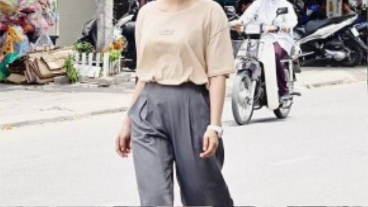 Tee Luu cá tính trong bộ trang phục độc đáo và màu tóc nổi bật. Cô nàng mix áo phông rộng cùng quần cullotes, kết hợp với sandals chiến binh cách điệu, biến mình trở thành một fashionista trên phố.