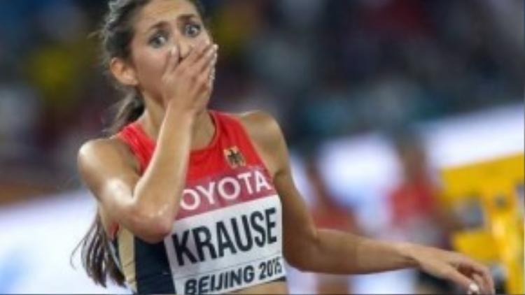 Khoảnh khắc thảng thốt của Gesa Felicitas Krause khi chính cô không tin mình đã giành được huy chương khi chạy băng đồng.