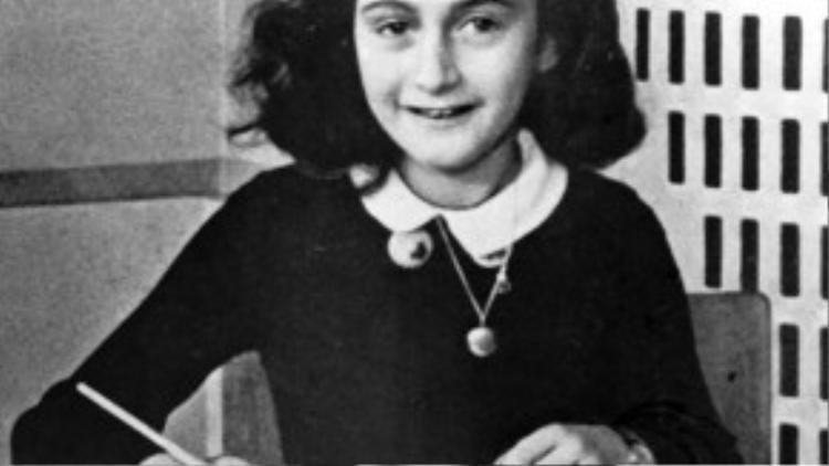 Anne Frank, một cô bé người Do Thái với quyển nhật kýgây tiếng vang khắp toàn cầu. Cô bị sát hại bởi phát xít Đức chỉ vài tháng trước khi nạn diệt chủng chấm dứt.
