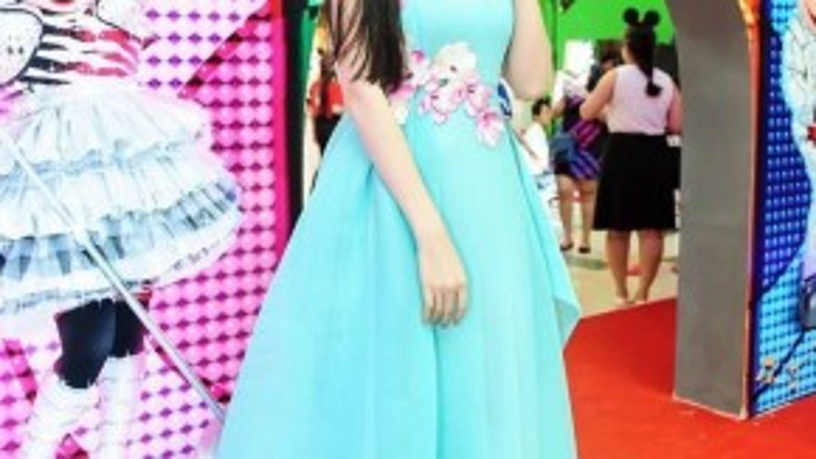 """Là khách mời đặc biệt trong buổi họp báo ra mắt show diễn """"Disney Live!"""" đến Việt Nam diễn ra chiều nay (28/8) tại TP.HCM, Hoa hậu Thế giới người Việt 2010 Diễm Hương xuất hiện rạng ngời chiếc đầm xòe xinh như công chúa."""