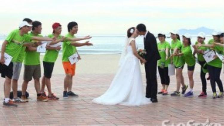 Một cặp đôi thực hiện bộ hình cưới nhân dịp sự kiện đặc biệt này.