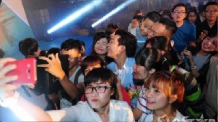 Trường Giang và Nhã Phương dành thời gian chụp ảnh tự sướng với các fan.