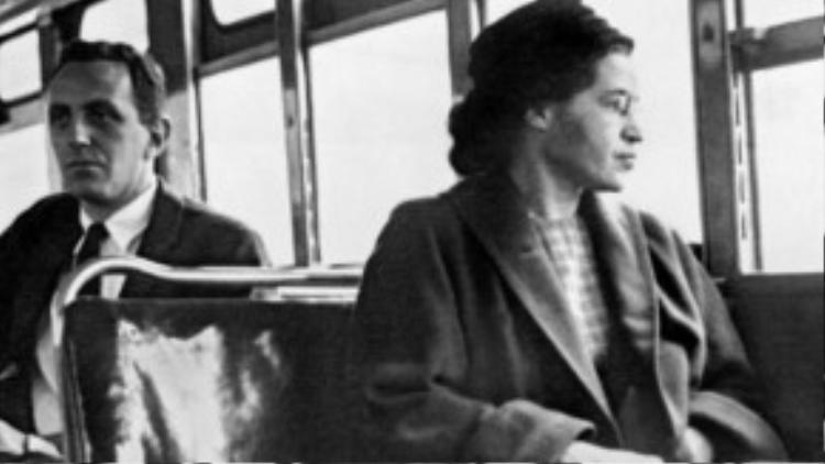 """Rosa Louise McCauley Parks là một nhà hoạt động nhân quyền người Mỹ gốc Phi, người đã được quốc hội Mỹ tôn vinh là """"mẹ đẻ của phong trào nhân quyền hiện đại"""". Bà được tạp chí Time bầu chọn là một trong 100 nhân vật có tầm ảnh hưởng nhất thế kỉ 20."""