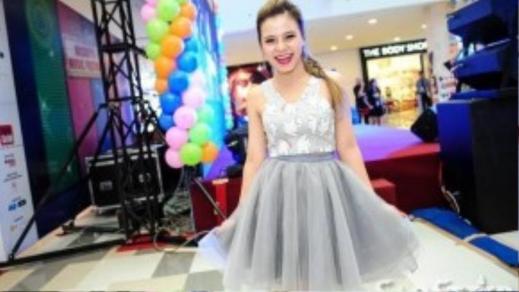 Cô ca sĩ sinh năm 1993 này là người Việt đầu tiên ký hợp đồng cùng một trong những hãng thu âm hàng đầu quốc tế Universal Music.
