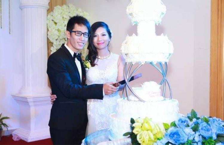 Rò rỉ ảnh cưới cách đây 1 năm của cô gái vừa ăn vừa hát Phượng Vũ