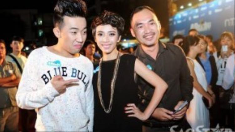 Anh nhí nhảnh chụp hình lưu niệm cùng Ngô Kiến Huy và vợ chồng Thu Trang - Tiến Luật.