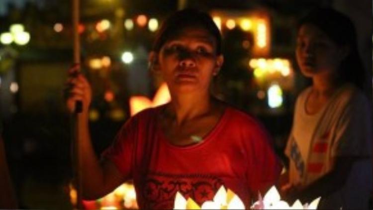 Người phụ nữ một tay cầm sàn hoa đăng, một tay cầm vợt là hình ảnh quen thuộc vào mỗi đêm rằm. Những chiếc đèn lồng ở Hội An được bán với giá phải chăng: chiếc đèn nhỏ khoảng 5.000 đồng, đèn to từ 15.000 đến 50.000 đồng/chiếc…