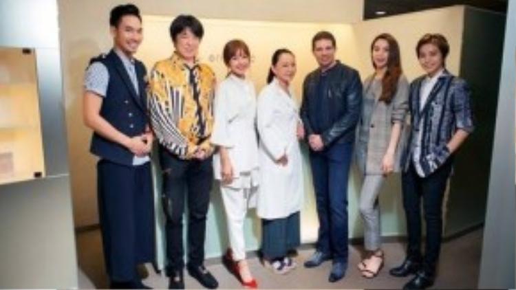 Các nghệ sĩ đã dạo quanh các cung đường đẹp ở thủ đô Tokyo, đồng thời ghé thăm một trung tâm chăm sóc sắc đẹp để tìm hiểu rõ hơn về những liệu trình chăm sóc da.