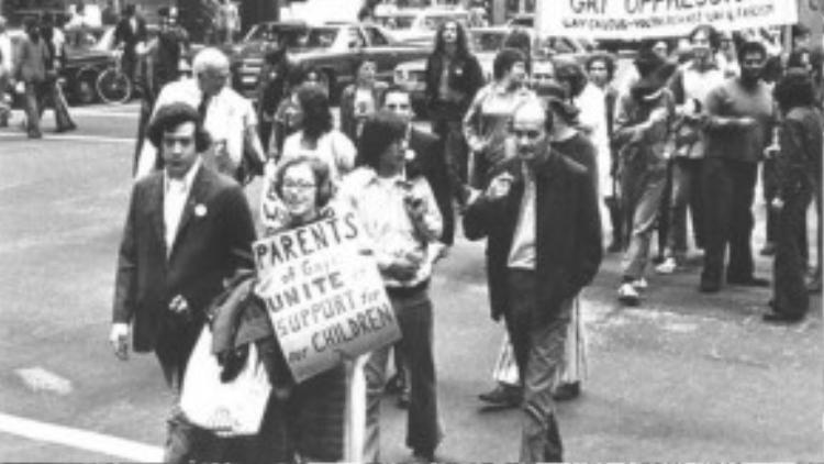 Jeanna Manford cùng cậu con trai Morty diễn hành tự hào đồng tính trên đường phố New York vào năm 1972.