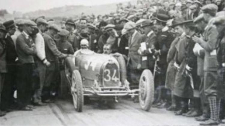 Eliska junkova, tay đua nữ người Czech trong chiếc xe Bugatti của mình, cô là một trong những tay đuatuyệt nhất của giải Grand Prix.