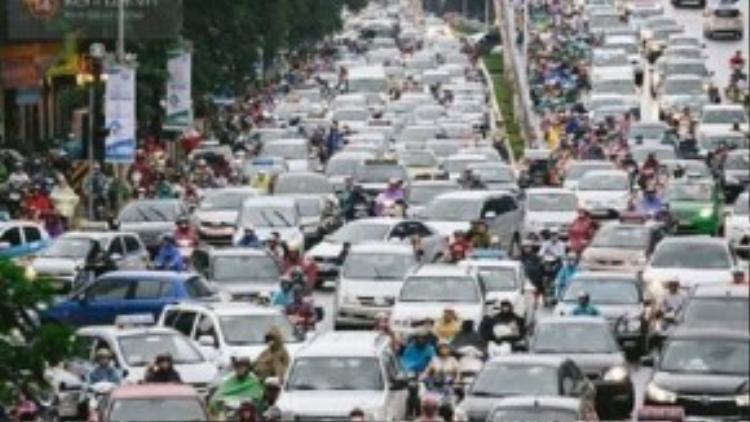 Ngay cả khi tắc đường không còn chỗ nhúc nhích, nhiều người vẫn bấm còi xe để xin vượt.