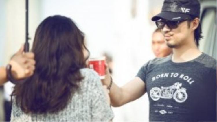 Loạt ảnh hậu trường hé lộ cảnh Uông Phong chăm sóc bạn gái xinh đẹp. Rocker từng trải qua 2 cuộc hôn nhân trước khi đến với Chương Tử Di. Anh cầu hôn cô hồi tháng 2 vừa qua.