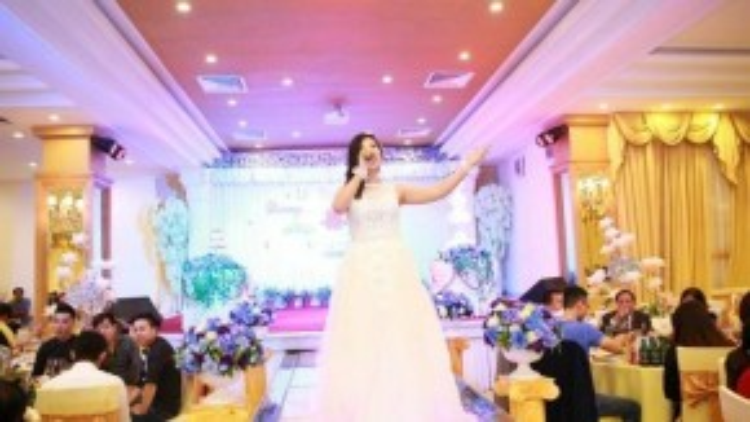 Dù không cố tình giấu kín nhưng ít ai biết được Phượng Vũ đã kết hôn vào cuối năm 2014. Có cuộc sống gia đình hạnh phúc, ông xã là người ủng hộ vợ tuyệt đối khi cô theo con đường ca hát.