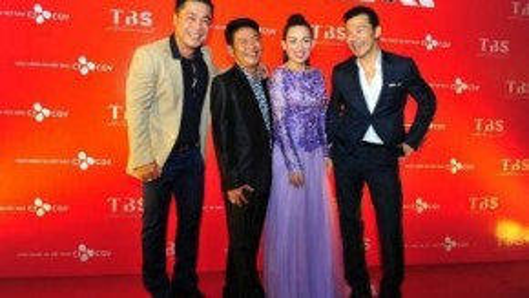 Tuy phải di chuyển liên tục nhưng dàn sao gồm nhà sản xuất Trần Bảo Sơn cùng các diễn viên như Phi Nhung, Tấn Beo, hay Lý Hùng vẫn thể hiện sự vui vẻ, háo hức vì có dịp hội ngộ giới nghệ sĩ Hà Nội, khán giả.