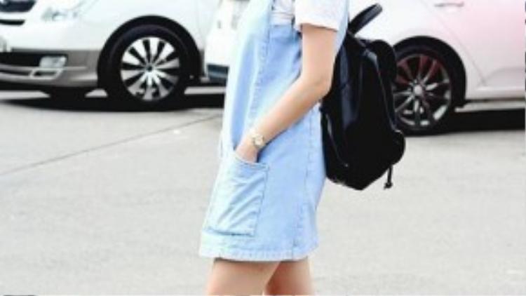 Váy yếm baby blue cùng ba lô và sneaker trắng phối cùng tất lửng kẻ sọc là một set đồ không thể bỏ qua đối với những cô nàng năng động. Phong cách này giúp bạn trông trẻ hơn vài tuổi.