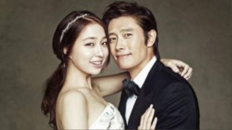 Lee Byung Hun nổi tiếng là ngôi sao chuyên hẹn hò với những người đẹp kém nhiều tuổi. Trước khi đến với cô vợ kém 12 tuổi Lee Min Jung, nam diễn viên 45 tuổi từng qua lại với Song Hye Kyo kém 11 tuổi và người mẫu trẻ Lee Ji Yeon trong scandal ngoại tình vỡ lở hồi năm ngoái.