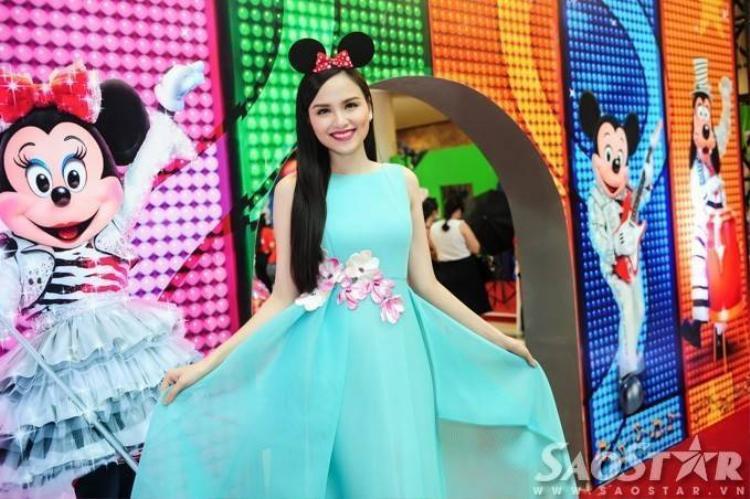 Hoa hậu Diễm Hương đeo tai chuột Mickey xinh như công chúa
