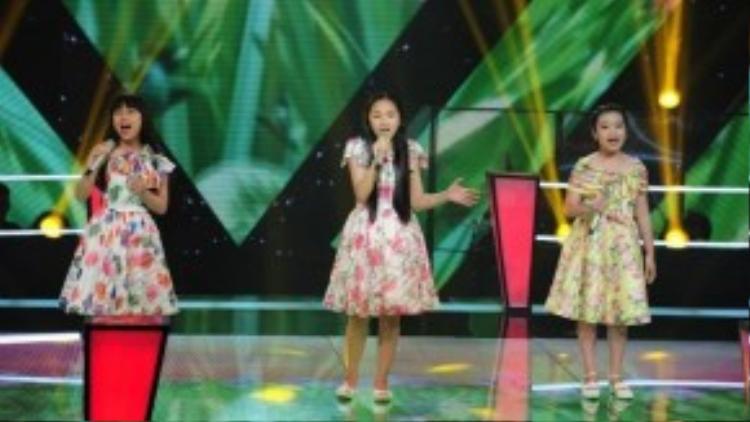 Phương Linh, Khánh Linh và Minh Hạnh trong phần thi Hà Nội 12 mùa hoa.