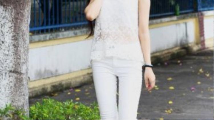Xu hướng white on white được Linh Trang áp dụng một cách hiệu quả với áo ren lưới phối cùng skinny trắng. Đôi sneaker là điểm nhấn khiến set đồ trở nên năng động hơn.