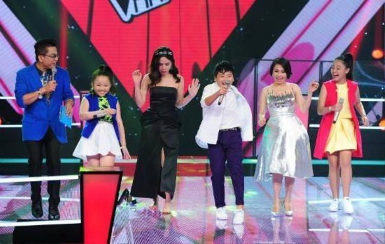 The Voice Kids: HLV cởi giày lên sân khấu, tưng bừng nhảy vũ điệu xoắn quẩy